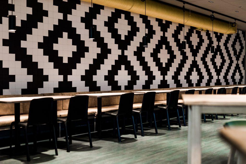 Tiederavintolan geometrisesti kuvioitu mustavalkoinen seinä.