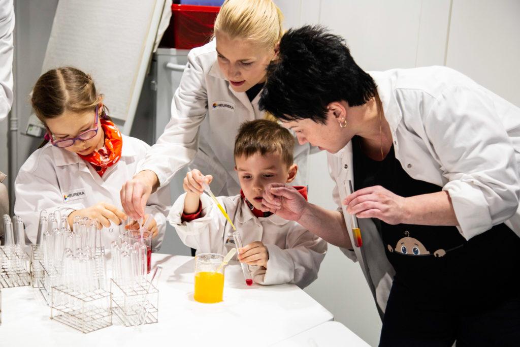 Värikokeita Lasten laboratoriossa.