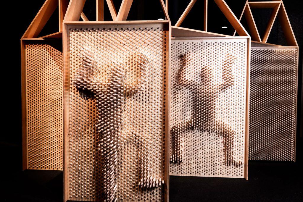SuperPUU-näyttelyn kahteen puupinniseinään on jätetty ihmisen ääriviivakuvat.