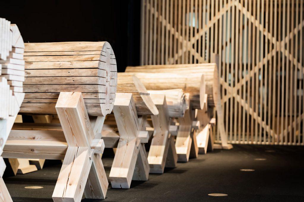 Erilaisia puun viilutusmuotoja SuperPUU-näyttelyssä.