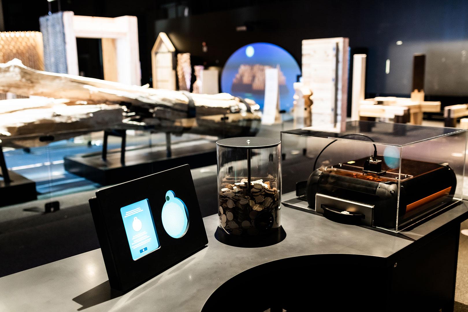 Kaiverra avaimenperä SuperPUU-näyttelyssä.